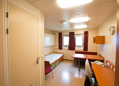 Die Plattform SylWin1 verfügt über16 Quartiere mit insgesamt 24 Kojen. Diese verfügen alle über ein eignes Badezimmer und Fenster.The SylWin1 platform has 16 rooms for accommodation with a total of 24 berths. They all have their own bathrooms and windows.